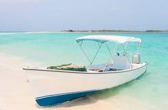 在海滩的白色小船 库存图片