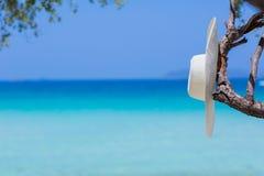在海滩的白色帽子 库存图片
