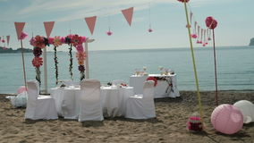 在海滩的白色桌椅子花卉装饰 影视素材