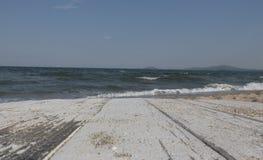 在海滩的白色桌 图库摄影