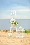 在海滩的白色葡萄酒装饰 图库摄影