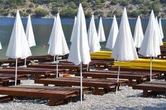 在海滩的白色遮阳伞 免版税图库摄影