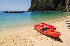 在海滩的皮船小船, Krabi泰国 免版税库存图片
