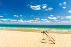 在海滩的目标足球 免版税图库摄影