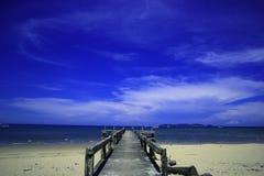 在海滩的看法在热的天 免版税库存图片