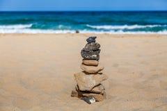 在海滩的石堆 免版税库存照片