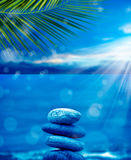 在海滩的石堆 免版税库存图片