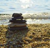在海滩的石平衡小卵石 免版税库存图片