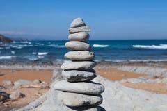 在海滩的石平衡 库存照片