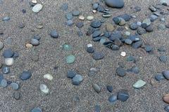 在海滩的石火石 图库摄影