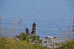 在海滩的石石标 免版税库存照片