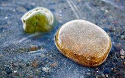 在海滩的石头 免版税库存照片