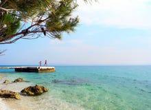 在海滩的码头在村庄Bashko Polje,克罗地亚 库存图片