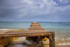 在海滩的码头 免版税库存图片