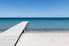 在海滩的码头 免版税库存照片