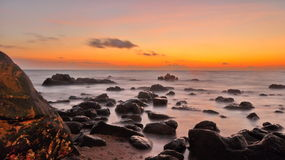 在海滩的礁石 免版税库存照片