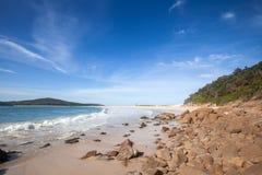在海滩的礁石 库存照片