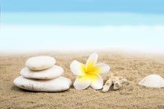 在海滩的禅宗和温泉概念 免版税库存图片