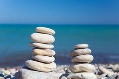 在海滩的禅宗石头 免版税库存照片