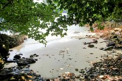 在海滩的秘密海湾酸值Phayam海岛在泰国 免版税图库摄影
