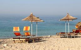 在海滩的秸杆伞 图库摄影