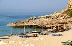 在海滩的秸杆伞 免版税库存照片