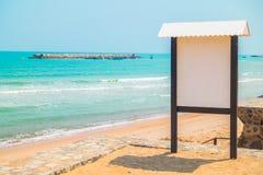 在海滩的空白的标志 免版税库存照片