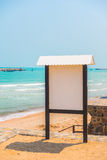 在海滩的空白的标志 免版税图库摄影
