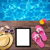 在海滩的空白的空的片剂计算机 夏天 库存照片