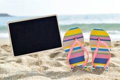 在海滩的空白的黑牌 免版税图库摄影