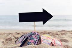 在海滩的空白的黑牌 库存照片