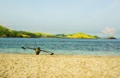 在海滩的空的小船 免版税库存图片