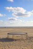 在海滩的空的绷床 免版税图库摄影