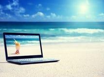 在海滩的笔记本 免版税库存照片