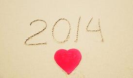 在海滩的第2014年和心脏形状 免版税库存照片