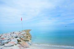 在海滩的红旗 免版税图库摄影