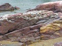 在海滩的红色和黄色砂岩 库存图片