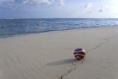 在海滩的红色球 免版税库存照片