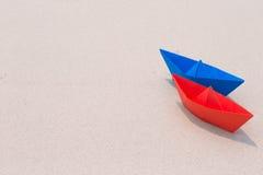 在海滨的纸小船 免版税图库摄影