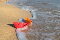 在海滩的纸小船 免版税图库摄影