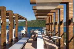 在海滩的美丽的内部大阳台 免版税库存照片