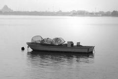 在海滩的美丽的小汽船, 2017年6月21日的DUBAI-UNITED阿拉伯酋长管辖区 黑白照片 库存照片
