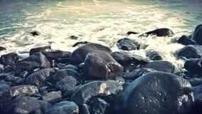 在海滩的美丽的岩石 免版税库存图片