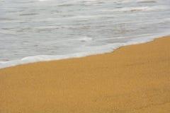 在海滩的美丽的日落波浪在普吉岛,泰国 库存图片