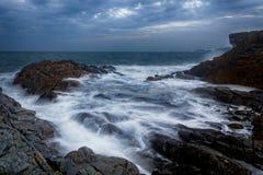 在海洋的美丽的神秘的雾 库存照片