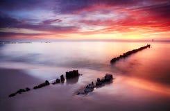 在海洋的美丽的色的云彩在日落的海滩的 库存图片