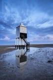 在海滩的美丽的风景日出高跷灯塔 免版税库存照片