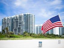 在海滩的美国国旗 图库摄影