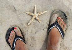 在海滩的美好的女性脚 免版税库存图片