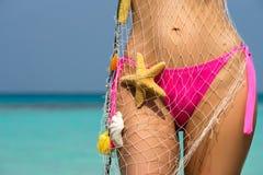 在海滩的美好的女性身体,假期的概念性图象 免版税库存照片